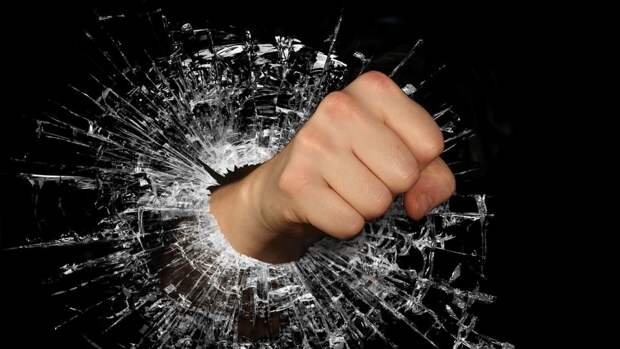 Женская одежда на парнях стала причиной драки в баре Южно-Сахалинска