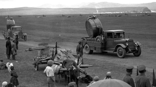 Прожекторные установки З-5-14 на параде в монгольских степях. 1933 год