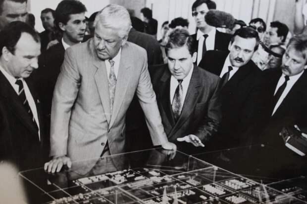 В библиотеку на лимузине: как встречали Бориса Ельцина в Омске