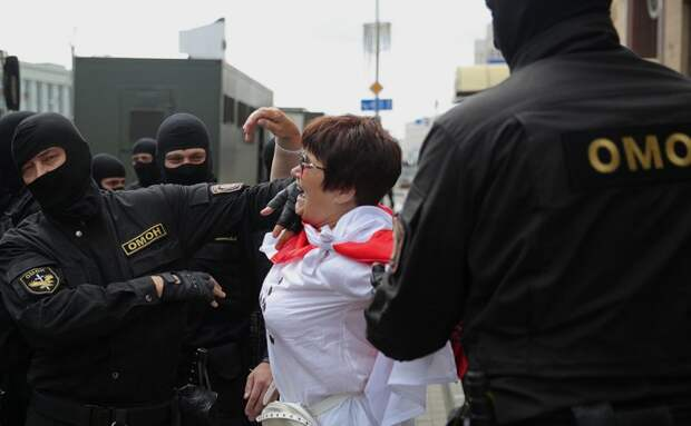 В центре Минска снова начались задержания, а также стянули военную технику и водометы