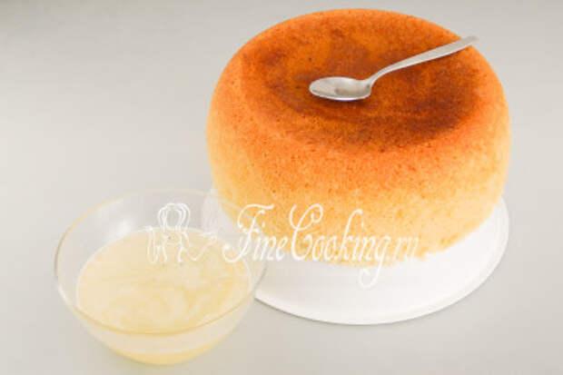 Перед пропиткой вовсе не обязательно остужать ни сироп, ни бисквит - выпечка не размокнет и не превратится в кашу