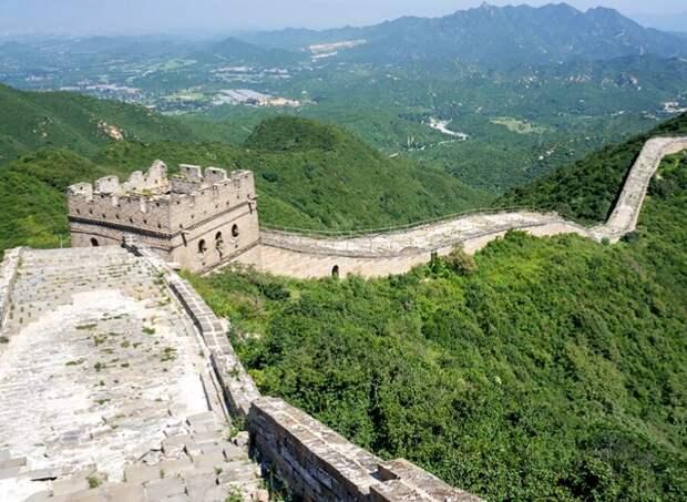 Наиболее хорошо сохранившийся участок стены проходит через хребет холма Бадалин.
