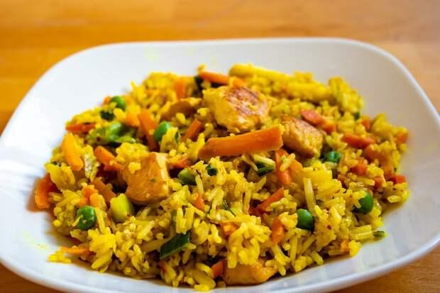 Рис вкуснее плова по марокканскому рецепту. Вместо воды варим в бульоне, а потом соединяем с начинкой
