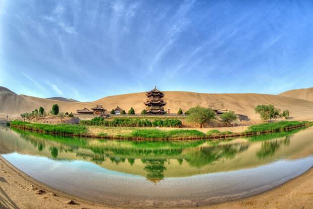 Озеро полумесяц – китайский оазис в пустыне