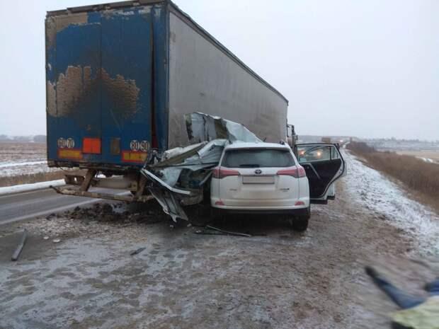 В Удмуртии иномарка врезалась в стоящий на дороге «КамАЗ»: 1 человек погиб