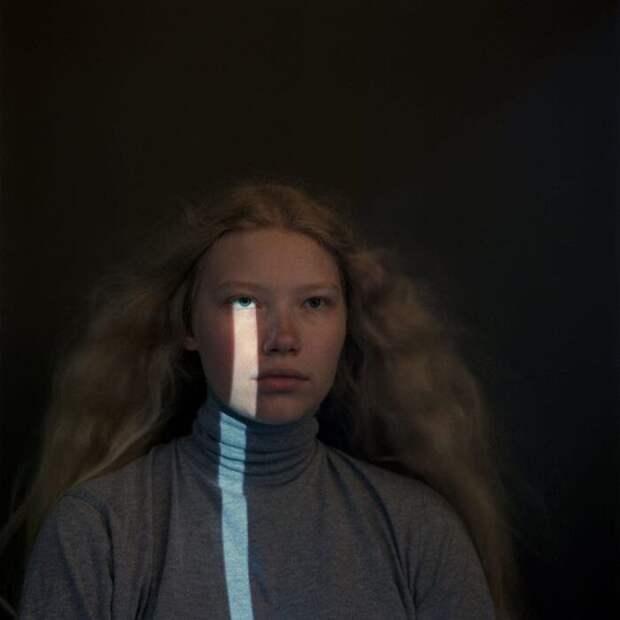Фотограф делает жуткие и тревожные фотографии людей на обычный пленочный фотоаппарат