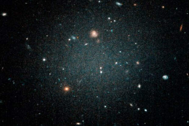 Новая галактика настолько тусклая, что через нее видны другие системы