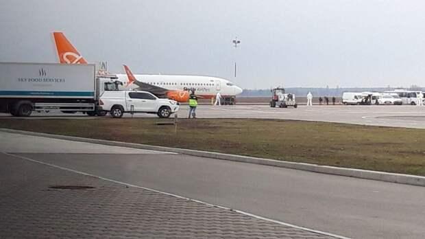 Власти Украины издеваются над эвакуированными из Уханя: самолет гоняют по всей стране