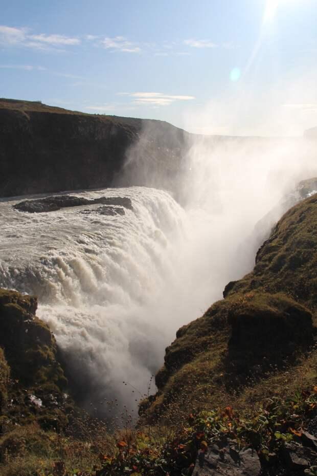 Высота падения воды 70 метров, но реку увидеть практически невозможно, она всегда скрыта облаком водяных брызг