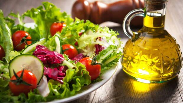 Чем заправлять салат для улучшения здоровья: советы диетолога