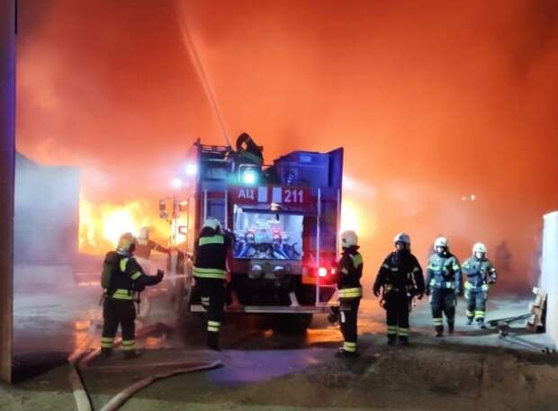 Страшный пожар на металлобазе в Некрасовке тушили 70 человек