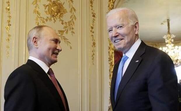 На фото: президент России Владимир Путин и президент США Джо Байден (слева направо) во время встречи в рамках российско-американского саммита на вилле Ла-Гранж