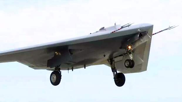 Ударный беспилотник «Охотник» во время первого совместного полета с Су-57 на одном из испытательных аэродромов Минобороны России