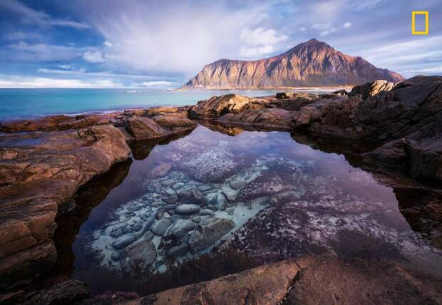 Приливной бассейн на Лофотенских островах в северной Норвегии. В период полнолуния прилив приносит сюда белый песок national geographic, дикая природа, лучшие фотографии, фотографии природы, фотоконкурс, фотоконкурсы. природа