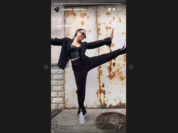 """Экс-Nikita Кумейко в кожаном топе показала идеальную растяжку прямо на улице: """"Мастерски выбираю"""""""