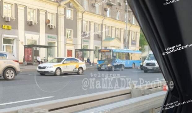 «Мерседес» притеснил электробус на Беговой