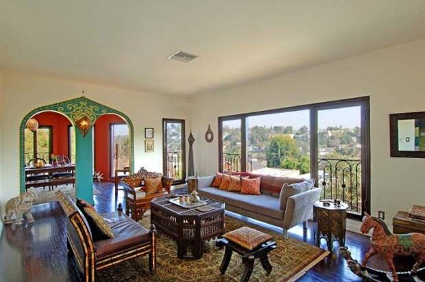 Резная ажурная мебель и подушки наполнят вашу гостиную турецкими мотивами