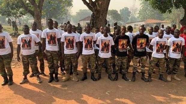 Инструкторы из РФ подарили центральноафриканским военным футболки на память о России