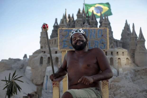 Мужчина на протяжение 24 лет живет на берегу океана в замке из песка