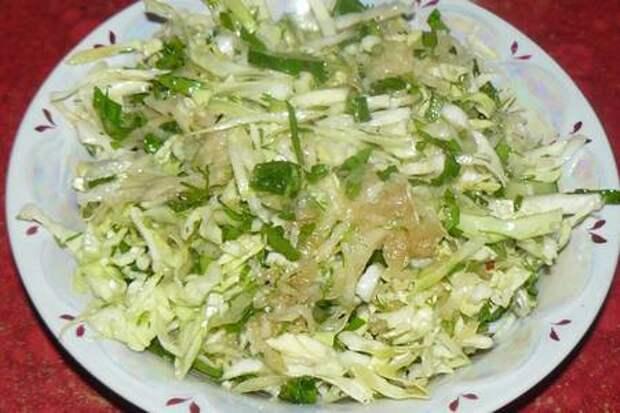 Фото к рецепту: Салат из двух видов молодой капусты
