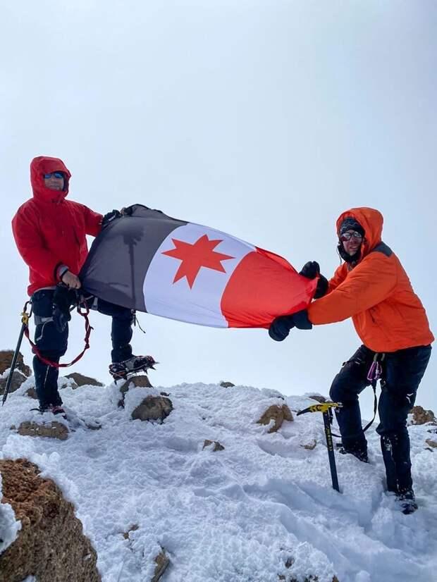 Министр спорта Удмуртии принял участие в водружении флага республики на Эльбрусе