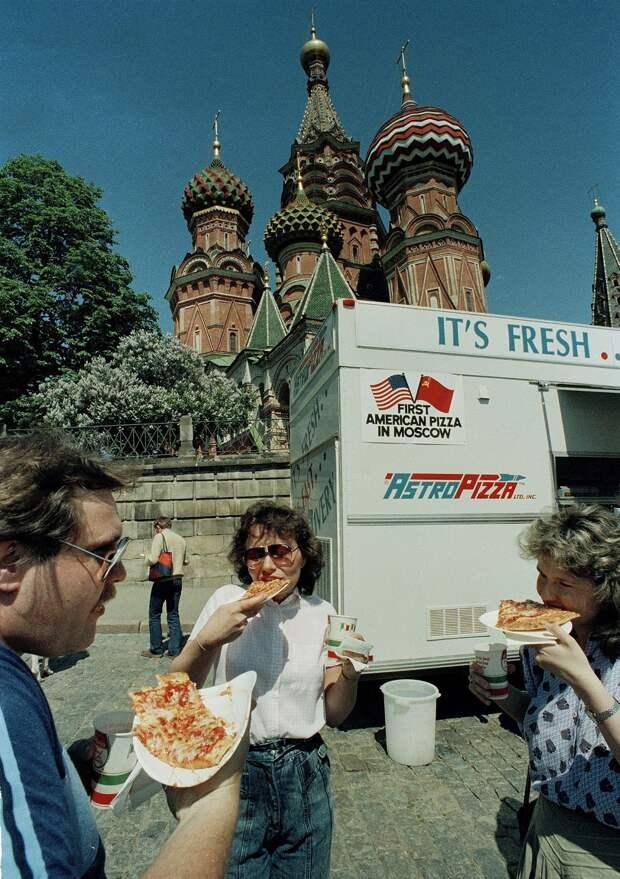 1988. Продажа пиццы в американском стиле из грузовика на Красной площади в Москве, 28 мая