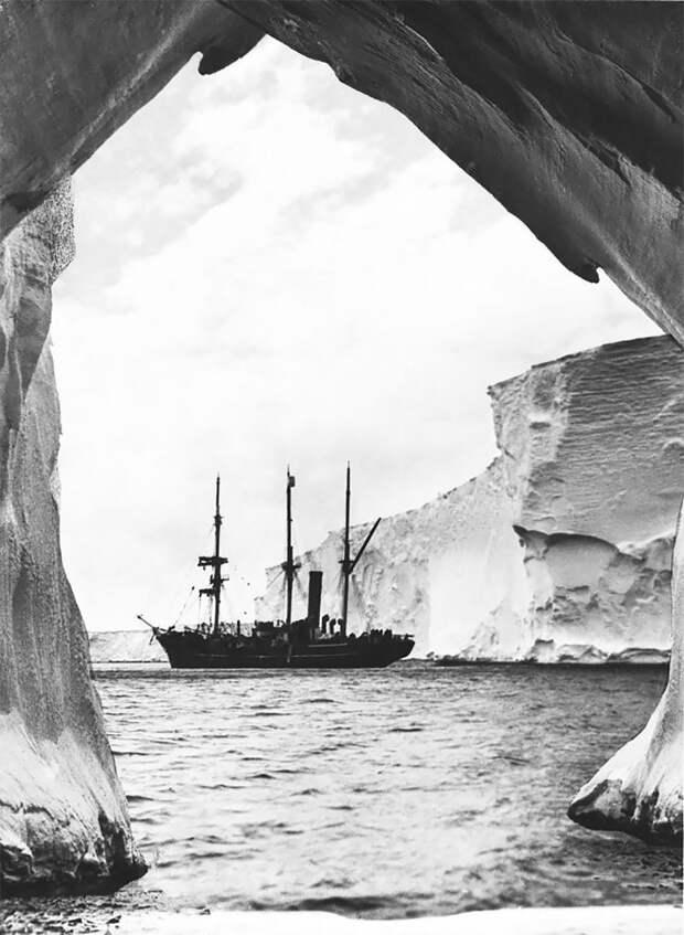 """Экспедиционное судно - яхта """"Аврора"""", залив Содружества, декабрь 1913 года Австралийская антарктическая экспедиция, антарктида, исследование, мир, путешествие, фотография, экспедиция"""