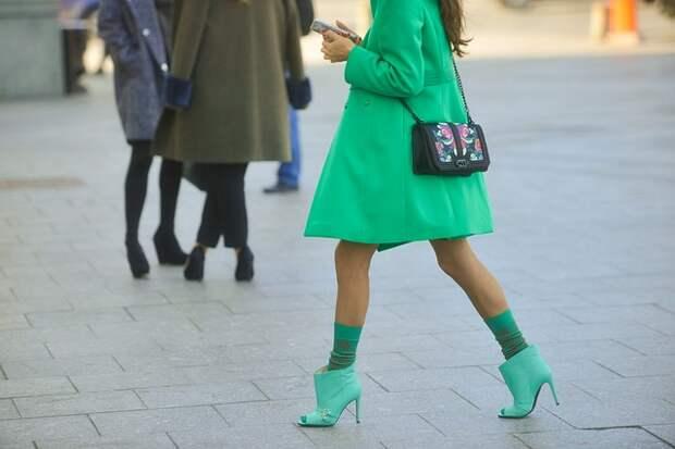 девушка в зеленом плаще и обуви на улице