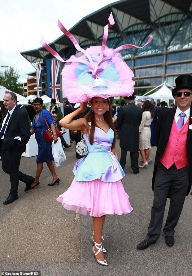 Дизайнер шляп предлагает британкам побывать наскачках вАскоте удаленно ишикануть обновками
