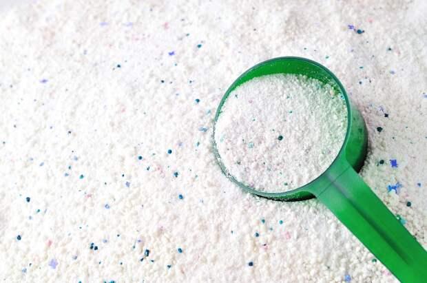 Для белого, цветного и черного: чем отличаются стиральные порошки и что будет, если нарушить рекомендации