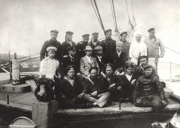 Участники экспедиции на борту шхуны «Заря». Источник: wikipedia.org