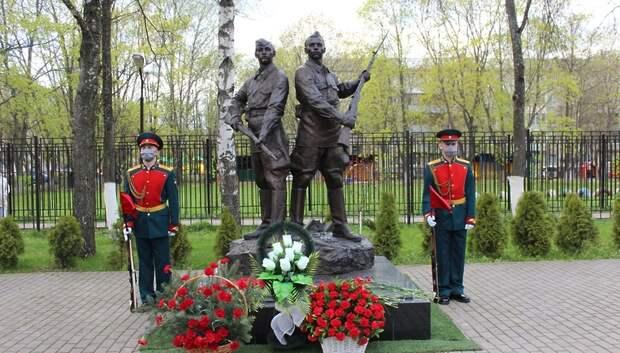 Цветы возложили к братской могиле в Подольске в преддверии Дня Победы