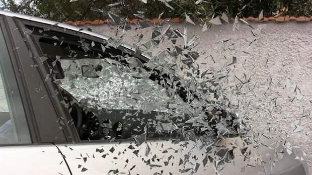 Упавшее дерево повредило шесть припаркованных автомобилей на улице Рочдельская