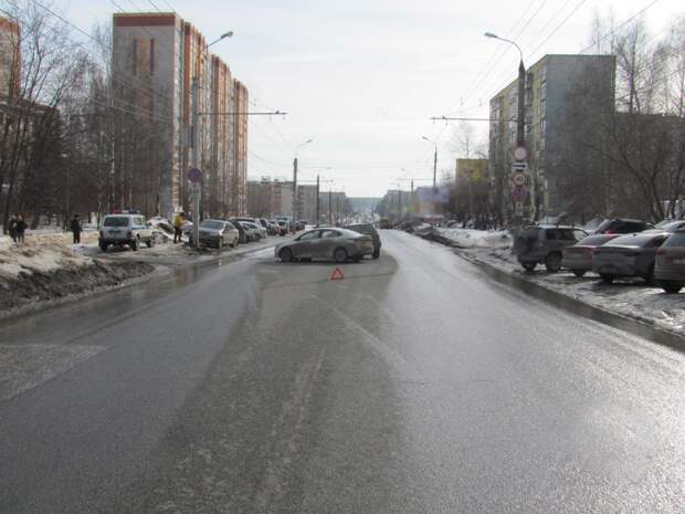 Три девушки пострадали при столкновении двух иномарок в Ижевске