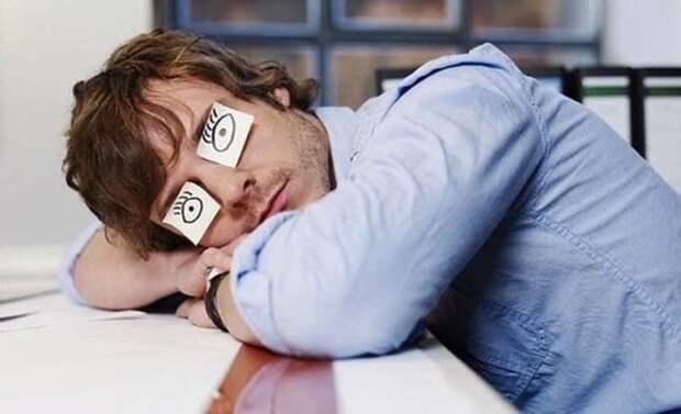 парень спит за столом