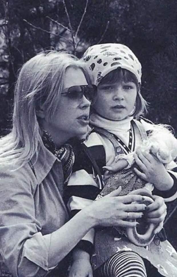 Ирина Азер с дочерью. / Фото: www.kinoistoria.ru