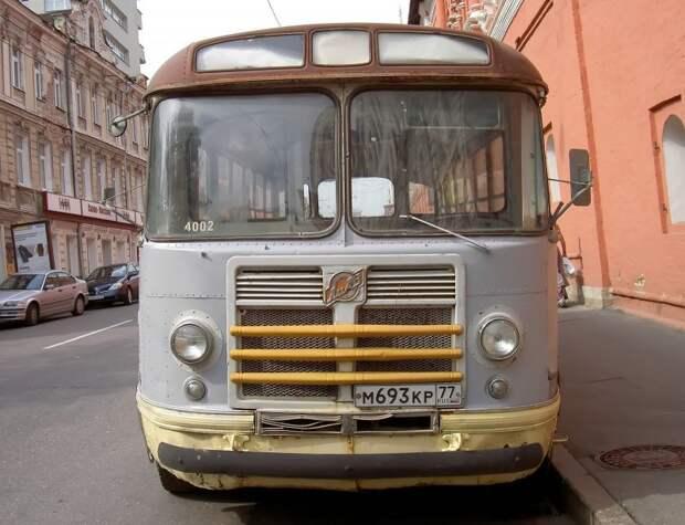 Автобус так прочно ''прописался'' в запаснике музея, что на его лобовом стекле появился внутренний учётный номер МГТ. 2006 год. Фото Дениса Медведкова ЗИЛ-158В, авто, автобус, зил, лиаз, олдтаймер, реставрация, рето автобус