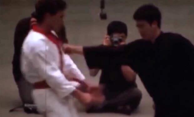 Дюймовый удар Брюса Ли: бойцы пытаются повторить прием мастера