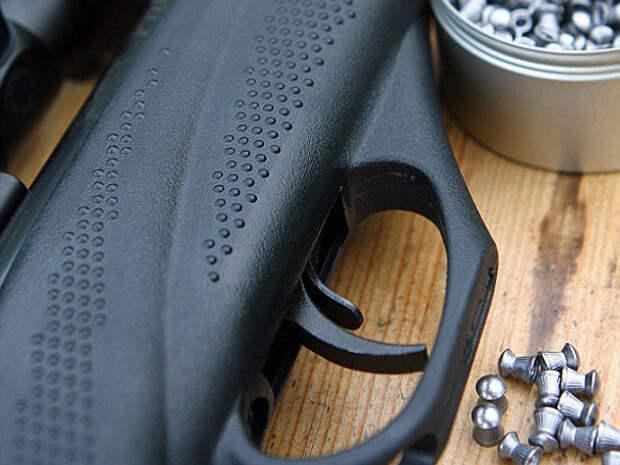 В Приморье мужчина выстрелил в живот подростку из пневматического ружья