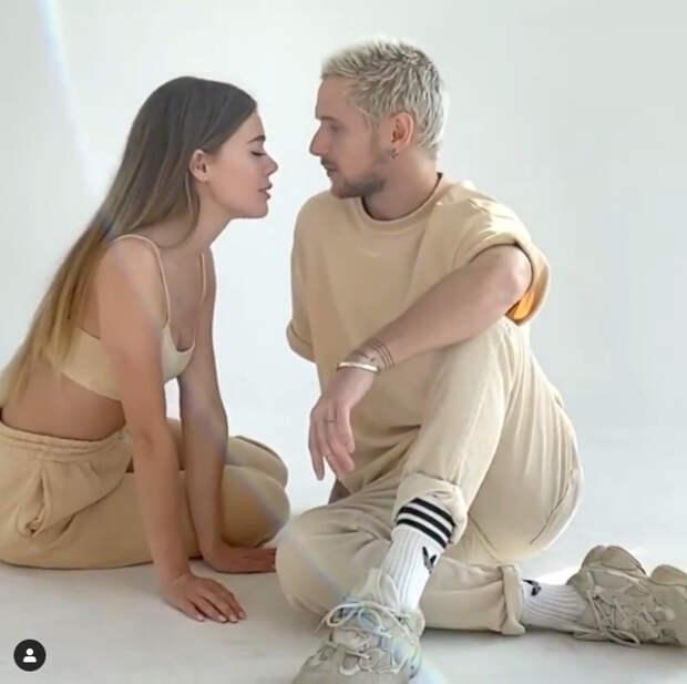 парень и девушка в похожей одежде