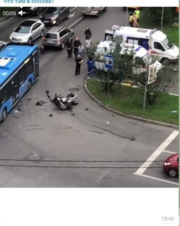 Автомобиль и мотоцикл столкнулись в Тимирязевском