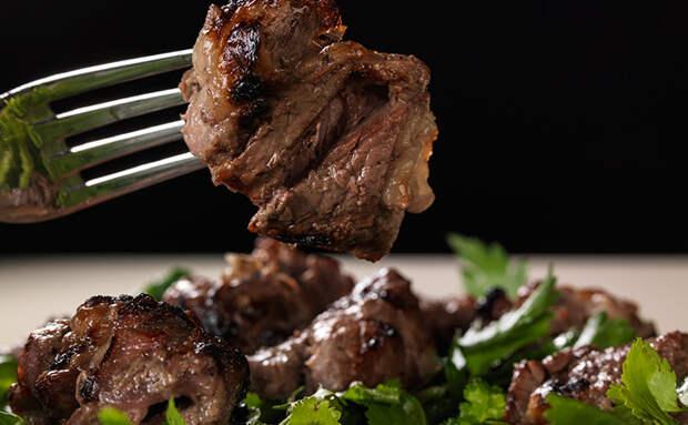 Шашлык в луковом соке. Маринуем мясо с луком в пропорции 1 к 1 и мясо тает