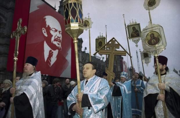 Владимир Ленин смотрит на крестный ход, 4 ноября 1990 года, Москва