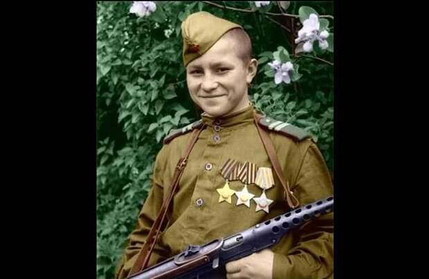 В возрасте 16 лет, за два с небольшим года войны, он стал полным и самым молодым кавалером ордена Славы!