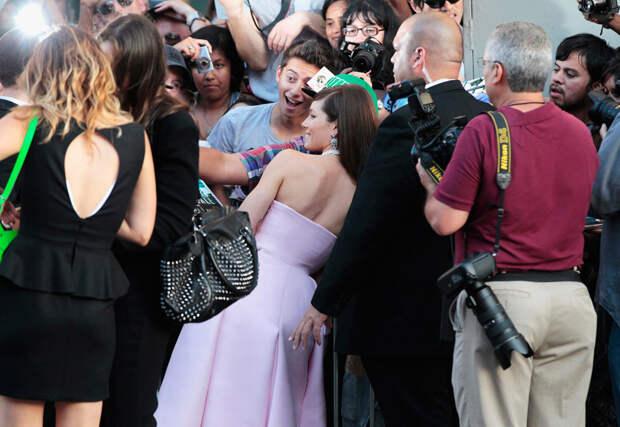 Джессика Бил фотографируется с поклонниками по прибытии на премьеру фильма с её участием «Вспомнить всё» в Китайском театре Граумана в Голливуде, 1 августа 2012 года.