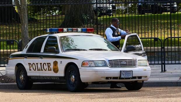 Полиция ведет переговоры с удерживающими заложников в банке грабителями в США