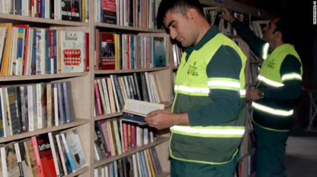 Одни выбрасывают, другие собирают: турецкие мусорщики собрали библиотеку из«спасенных» книг