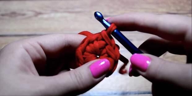 Практичная и стильная корзина с помощью необычного вязания