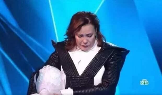 "Азиза со слезами на глазах покинула шоу ""Маска"""