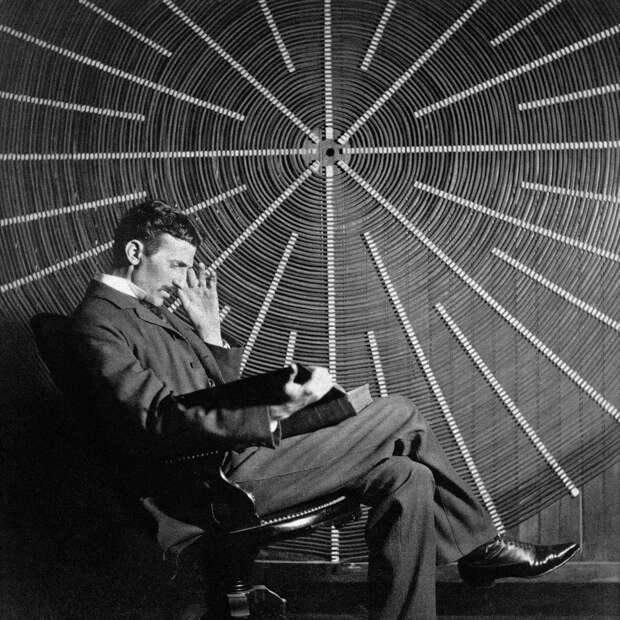 Никола Тесла перед катушкой своего высокочастотного трансформатора наИст-Хьюстон-стрит, Нью-Йорк. Источник: wikipedia.org